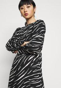 New Look Petite - SHIRRED DETAIL ZEBRA MIDI DRESS - Day dress - black - 3
