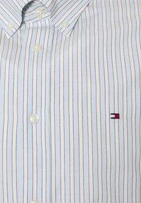 Tommy Hilfiger - BOLD STRIPE REGULAR FIT - Shirt - breezy blue/ivory/yale navy - 8