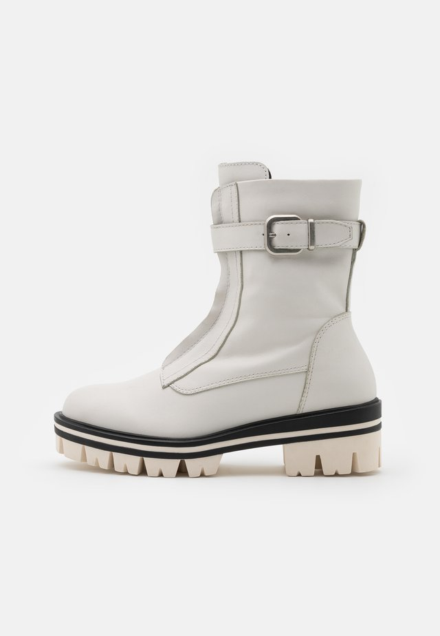 BOOTS - Platform-nilkkurit - white