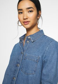 JDY - JDYSANSA DRESS RAW  - Jeanskjole / cowboykjoler - medium blue denim - 4