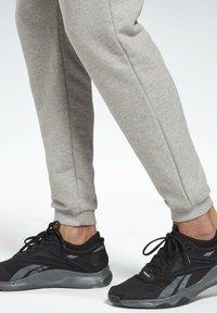 Reebok - SMALL LOGO ELEMENTS JOGGER PANTS - Pantalon de survêtement - grey - 4