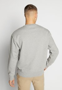 Levi's® - RELAXED GRAPHIC CREWNECK - Collegepaita - mottled grey - 2