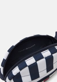 Tommy Hilfiger - CORE ROUND BUMBAG STRIPES UNISEX - Across body bag - navy/white - 2