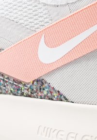 Nike Performance - FLEX TRAINER 9 - Kuntoilukengät - vast grey/white/coral stardust/phantom - 5