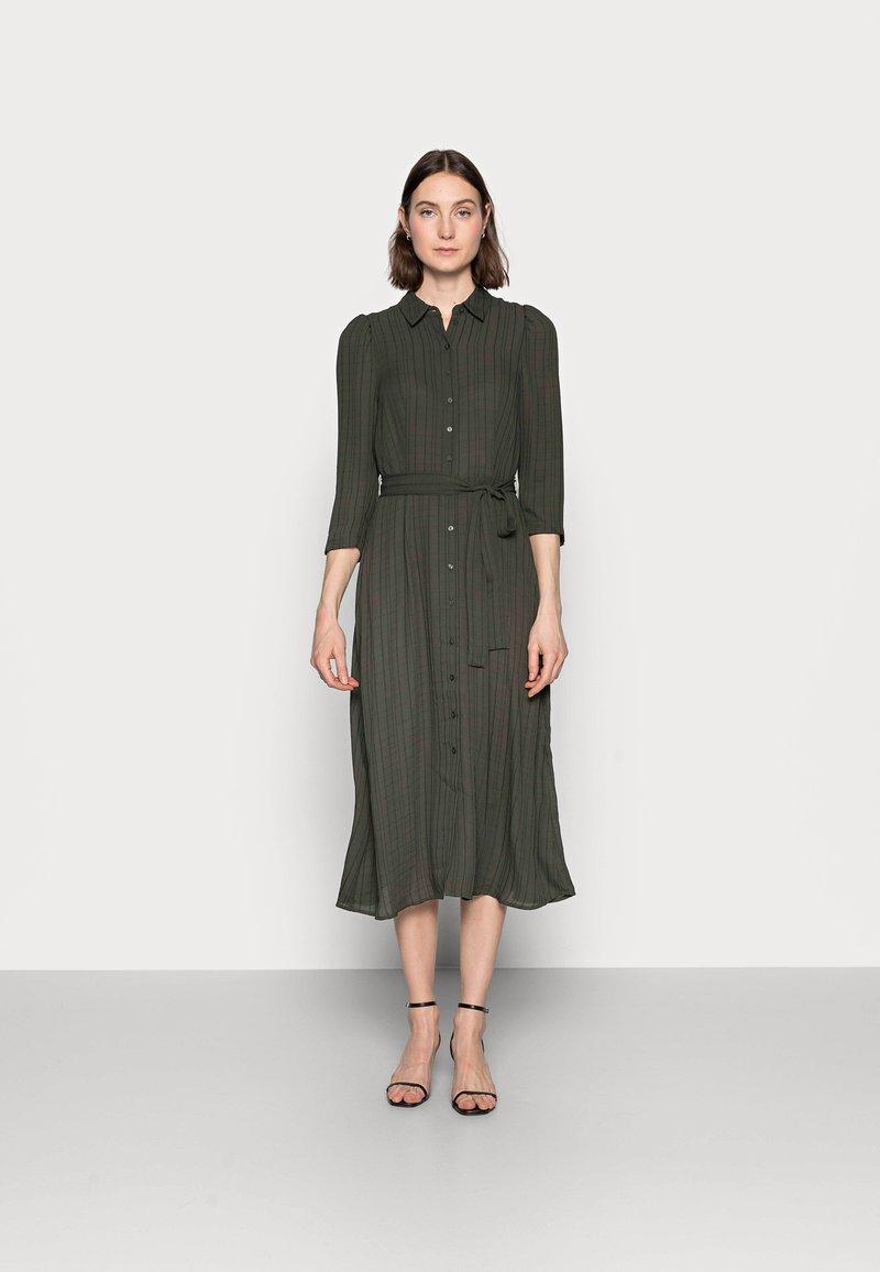 Vero Moda Tall - VMNOVA 3/4 SHIRT DRESS  - Košilové šaty - peat