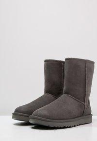 UGG - CLASSIC SHORT - Korte laarzen - grey - 3