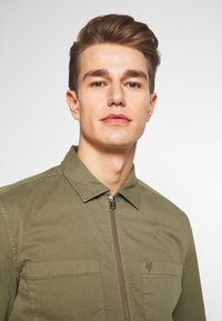 Marc O'Polo - LONG SLEEVE TWO PATCHED CHEST AND SIDE SEAM POCKETS - Summer jacket - deep lichen green - 3