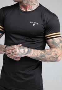SIKSILK - BOUND GYM TEE - Camiseta estampada - black/gold - 4