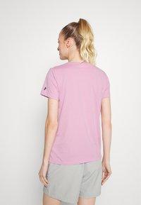 Peak Performance - EXPLORE TEE - T-shirt med print - statice lilac - 2