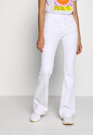 CHARLOTTE OPTICAL - Flared jeans - white