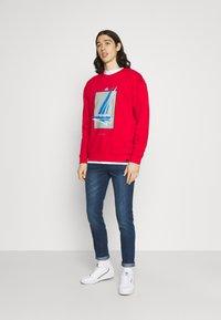 Newport Bay Sailing Club - GRAPHIC - Sweatshirt - red - 1