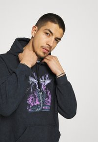 Mennace - ON THE RUN SERPENT ACID WASH REGULAR HOODIE - Sweatshirt - washed black - 3
