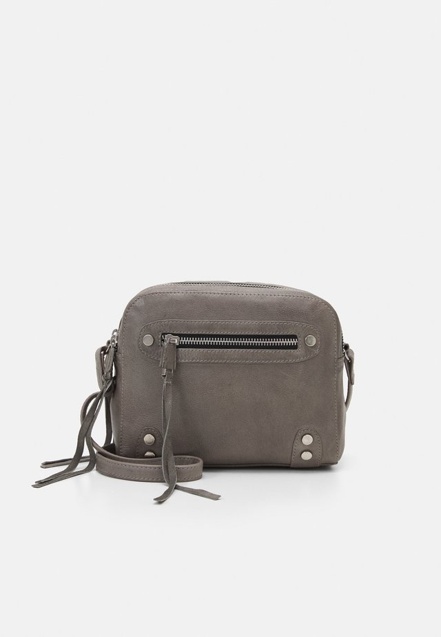 HIGHWAY CROSSBODY - Olkalaukku - elephant grey