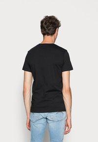 Calvin Klein Jeans - CORE INSTITUTIONAL LOGO TEE - Triko spotiskem - ck black - 2