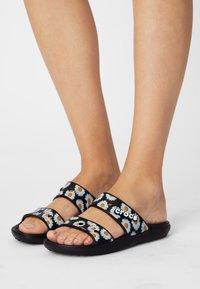 Crocs - CLASSIC VACAY VIBES - Sandály do bazénu - black - 0