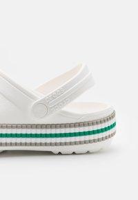 Crocs - CROCBAND VARSITY UNISEX - Mules - white - 5