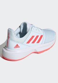 adidas Performance - COURTJAM - Zapatillas de tenis para tierra batida - sky tint/signal pink/footwear white - 3