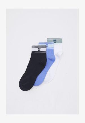 STRIPED ANKLE SOCKS SUSTAINABLE 3 PACK  - Sports socks - cornflower blue