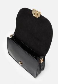 PARFOIS - CROSSBODY BAG  - Taška spříčným popruhem - black - 2