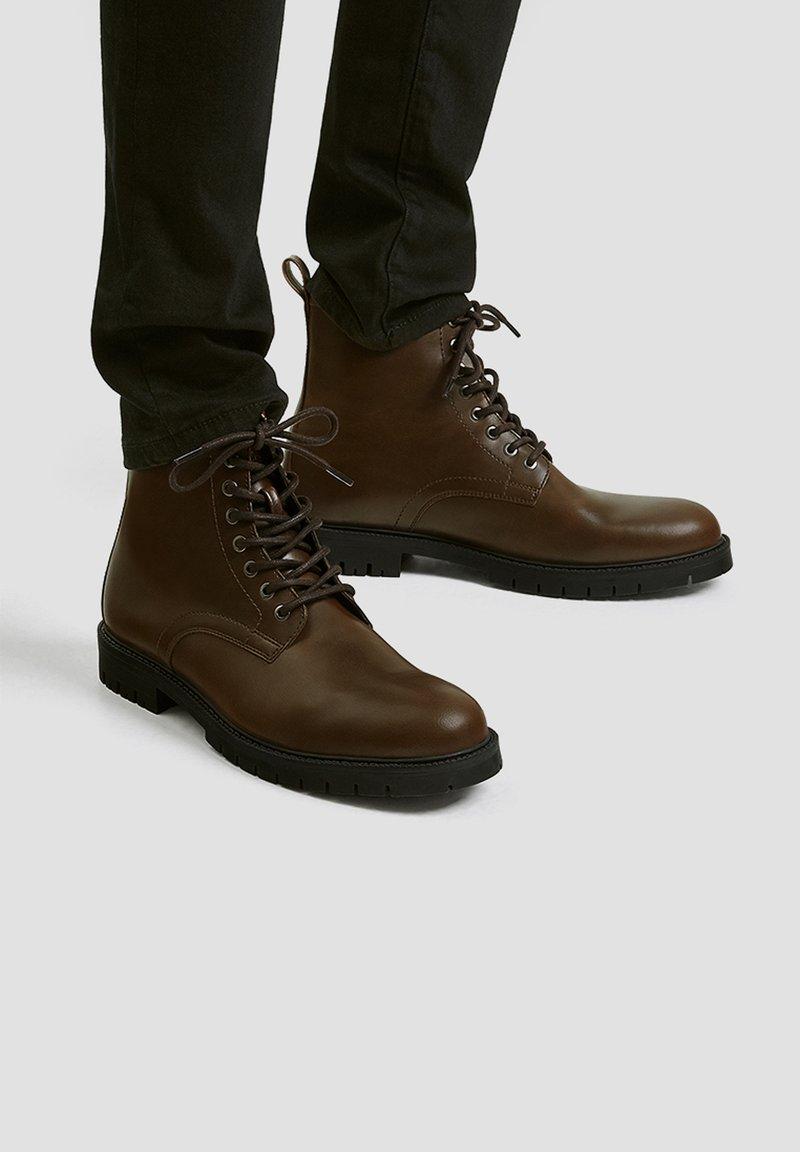 PULL&BEAR - Šněrovací kotníkové boty - brown