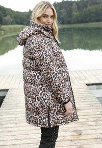 Sara Lindholm by HAPPYsize - Winter coat - beige schwarz - 2