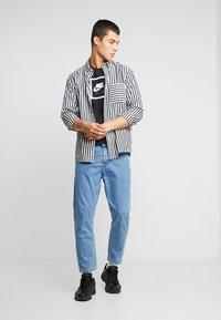 Nike Sportswear - M NSW SS TEE AIR 2 - T-shirts print - black/white - 1