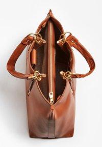 Guess - HANDTAS LAPIS ECHT LEER LUXE - Handbag - светло-коричневый - 3
