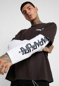 Napapijri The Tribe - SOLT - Langærmede T-shirts - choco brown - 3