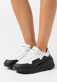 Diesel - HERBY S-HERBY LC SNEAKERS - Trainers - black/white - 0