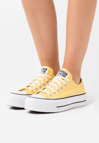 Converse - CHUCK TAYLOR ALL STAR LIFT - Trainers - butter yellow/white/black - 0