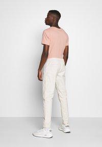Tommy Jeans - SCANTON JOGGER DOBBY PANT - Pantalon de survêtement - light silt - 2
