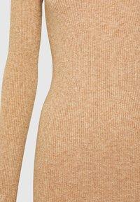 Object - OBJFAE THESS DRESS - Pletené šaty - chipmunk melange - 2