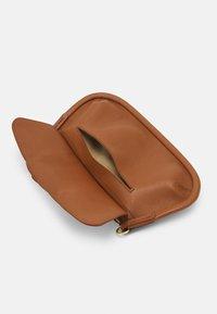 See by Chloé - LESLY LESLY BAGUETTE - Handbag - caramello - 3