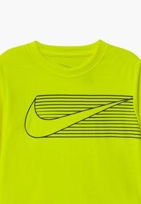 Nike Sportswear - DOMINATE  - Langarmshirt - volt - 2
