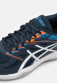 ASICS - UPCOURT GS UNISEX - Handball shoes - french blue/white - 5