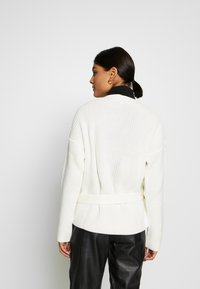 Missguided - D RING BELTED WRAP FRONT CARDIGAN - Cardigan - cream - 2