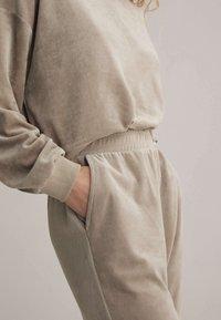 OYSHO - Teplákové kalhoty - beige - 3