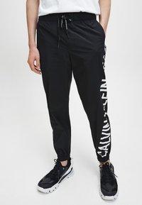 Calvin Klein Jeans - Pantaloni sportivi - ck black - 0