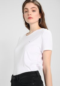 Tommy Jeans - ORIGINAL SOFT TEE - Basic T-shirt - classic white