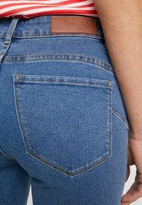 Vero Moda Petite - VMHOT SEVEN SLIT KNICKER - Denim shorts - medium blue denim - 5