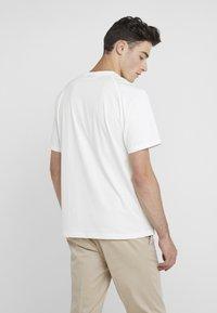 J.LINDEBERG - JORDAN DISTINCT  - Print T-shirt - white/black - 2