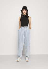 Missguided - HIGHWAISTED PLEAT FRONT SLOUCH - Relaxed fit jeans - light blue - 1