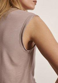 Massimo Dutti - Basic T-shirt - nude - 2