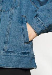 Missguided Petite - Denim jacket - stonewash - 5
