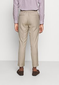 Isaac Dewhirst - THE SUIT - Kostym - beige - 5