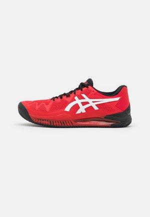GEL-RESOLUTION 8 CLAY - Māla virsmas laukuma tenisa apavi - electric red/white