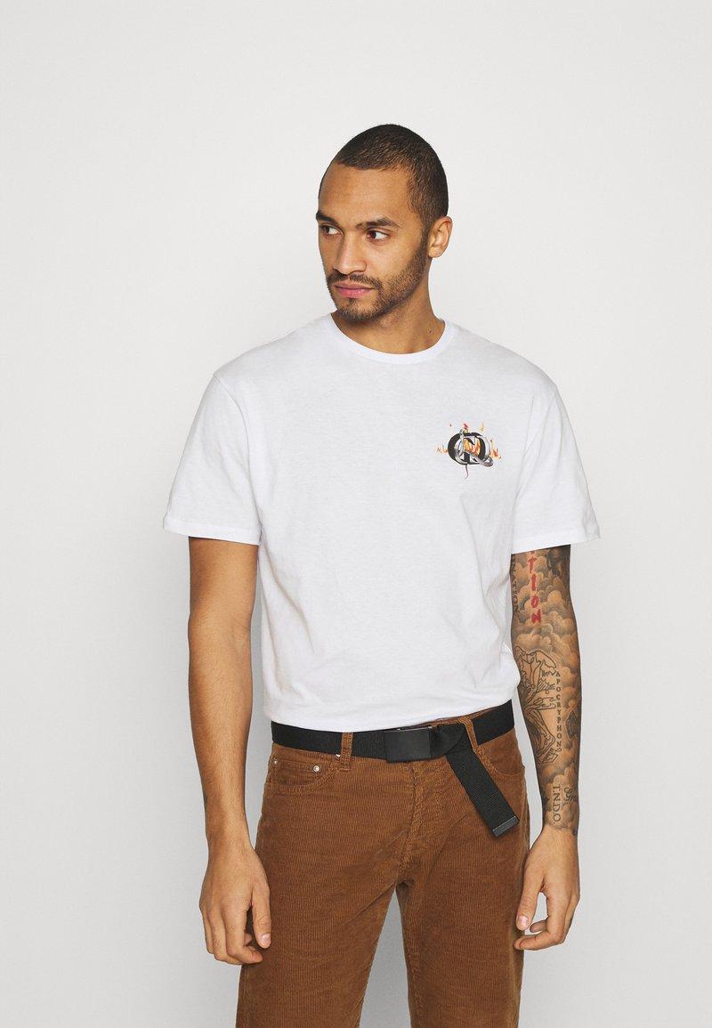 Criminal Damage - SNAKE LOGO TEE - T-shirt med print - white