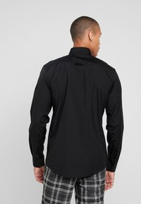 BY GARMENT MAKERS - THE ORGANIC SHIRT - Skjorter - black - 2