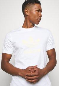 adidas Originals - TREFOIL UNISEX - T-shirts med print - white - 3