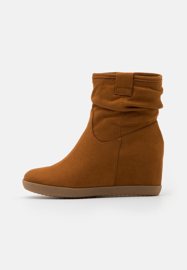 HAWAI - Wedge Ankle Boots - cognac